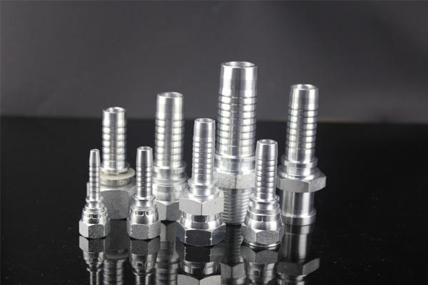 10411 okovi su metrične muške 24-stepene konusne svjetiljke tipa DIN3853. 10411 okova se popularno proizvodi od 1/4 '' do 1,1 / 2 ''. 10411 okov završen je pocinčavanjem koje se mogu odabrati tri vrste, koje su pocinčane, kromirane i niklovane. Fitingi od YH Hydraulic su dobrog kvaliteta koji se mogu ugraditi na jednostavan način i koristiti se u dužem vijeku trajanja.